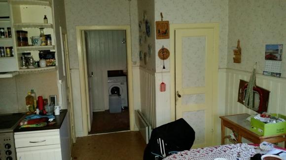 Bild inifrån köket. Lilla dörren till skafferiet till höger kommer att flyttas till vänstra sidan av skafferiet