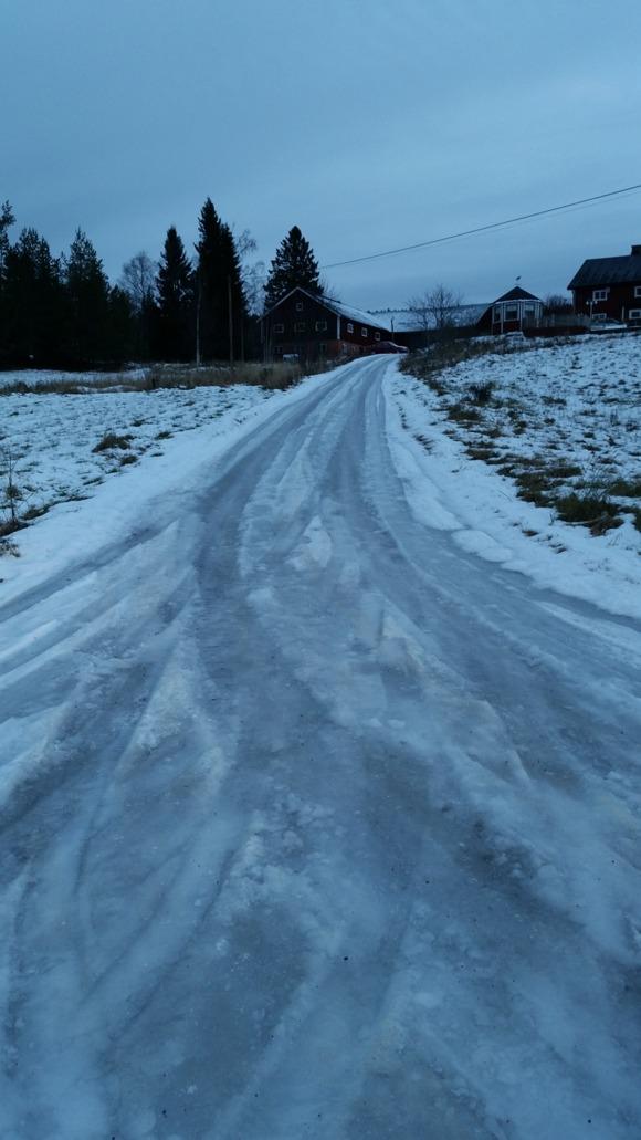 Isbana upp till gården  man kör igenom för att komma till vår gård.
