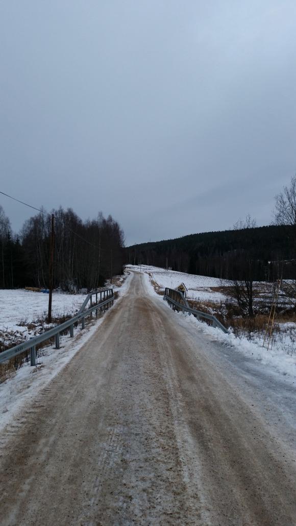Vägen upp till Furuhult. Här ser man nu ett av vindkraftverken växa upp, i mitten upp på berget. *mummel*