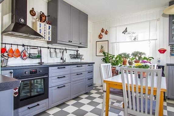 Ikeakök med rutigt golv. Synd att de olika nyanserna inte matchar varandra, annars snyggt. Fast kanske lite för stora rutor?