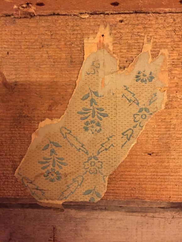 Fler gamla tapeter hittas inne i elcentral-förrådet.