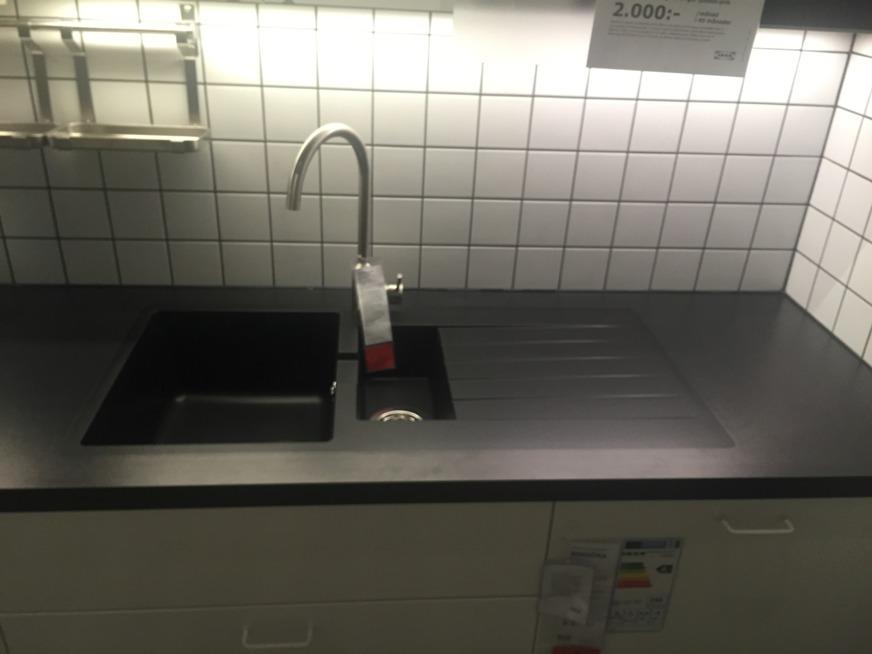 IKEA-besök och spanar in diskho till köket i lägenheten. Totalpris inkl bänkskiva och underlimning hamnar på ca 5500 kr. Men det kan det vara värt. :-)