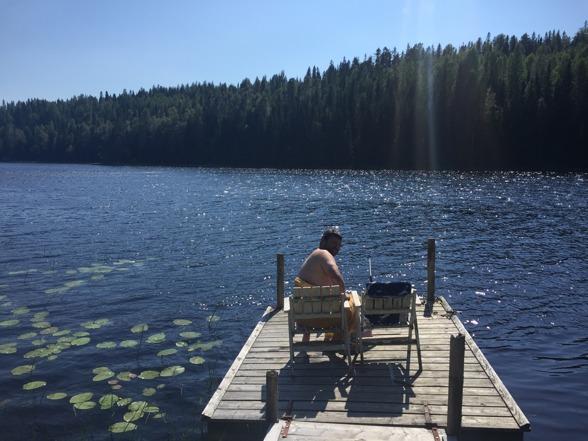 2016-07-26 Vi har nakenbadat i vår lilla sjö och njuter av solen och värmen.
