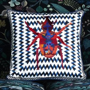 Christian Lacroix Kudde Beetle Waves Oeillet Cushion 40 x 40cm CCCL0575 (2-PACK ) Kampanj 25% rabatt på hela köpet över 5000 kr (gäller ej rea och tyger) KOD. GTGYTKXL - 2-pack Kuddar med rabatt