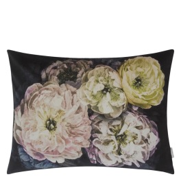 A Nyhet Designers Guild Kudde Le Poeme De Fleurs Midnight Cushion 60 x 45cm CCDG0925 (2-PACK)