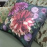 Designers Guild Kudde Dahlia Noir Fuchsia Cushion 50 x 50cm CCDG0918 (2-PACK) Kampanj 25% rabatt på hela köpet över 5000 kr (gäller ej rea och tyger) KOD. GTGYTKXL