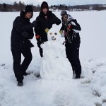 Miguel Pirfano Kristoffersson, 9C, Hugo Häggkvist, 9D och Simon Jonasson, 9D, var i coolt sällskap på Sidsjön under friluftsdagen. Foto: Gisela Edlund