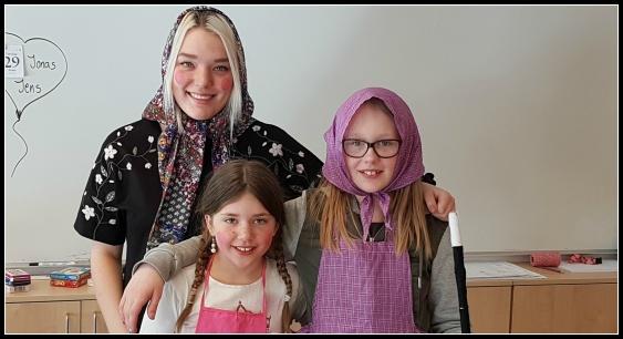 Påskkärringarna Ida Melander och Lova Byström, 4C, med läraren och påskkärringen Ida Norin . Foto: Therés Forsén