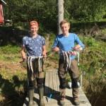 Alfred Björne och Gabriel Magnusson Sillerström ur 9E fick upp både regnbåde och rödning när de campade vid Hästtjärn. Foto: Pelle Ljungström