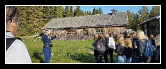 Museipersonal berättade för eleverna hur ett självhushåll fungerade förr i tiden. Foto: Gisela Edlund