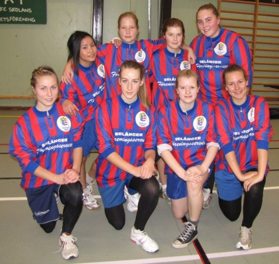 På bilden ser vi. Pamella Gradin, Elina Jonsson, Ebba Åslin, Linnea Eriksson, Agnes Cöster, Lotta Stenmark, Mikaela Byström, Linn Strandberg