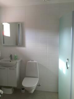 Rymligt badrum med dusch.