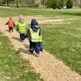 När man hade byggt spår fick man avslutningsvis gå/springa på flisspåren och leka barkborrelarver
