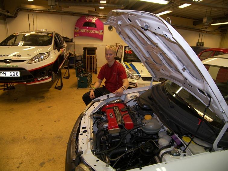 Lika motor som det STCC-vinnande Chevrolet teamet använder i sina STCC-bilar sitter i den Opel Corsa B som Daniel ska köra isracing SM med. Även där är målet en guldmedalj.
