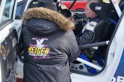 Mikael Gustafsson, Tech Pro, i samspråk med Daniel om bilens beteende efter ännu en vända på teststräckan.
