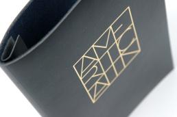 Våra unika menypärmar är handgjorda med äkta läder, gjorda för Er verksamhet.