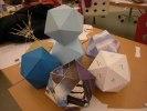 Den geometriska kroppen heter ikosaeder och är en polyeder med 20 liksidiga trianglar
