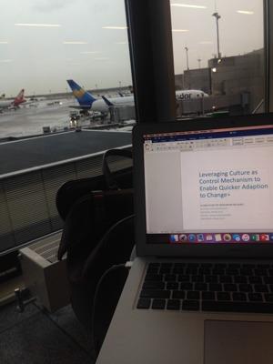 Bjuder på en bild där jag sitter och skriver PM (hemtenta) på Frankfurts flygplats, på väg till en intervju i Dublin.