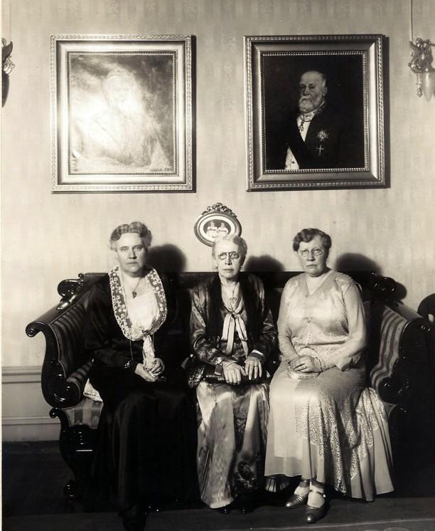 Hilma (gift Sterky), Ina och Gunhild Almén. Fotot hittat på Munkebo gård 2013