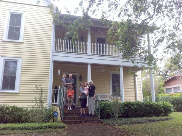 Katarina Elvin (barnbarnsbarn till Otto Fries)  besöker familjen som bor i huset 2012