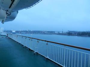 Gotlandsfärjan lämnar ett grått och regnigt Nynäshamn