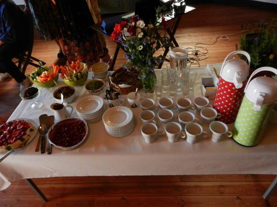 Bordet är dukat med frukttårta, hallonpaj med chokladsås, dadelbollar, körsbärskyssar, grönsaksstavar, dipsås av miso, kirskålspesto, tapenade och raw-food bröd