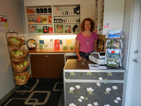 Här fiinns raw-food godis,böcker, ekologiska schampon, krämer, dadlar, fikon, te, alger med mera