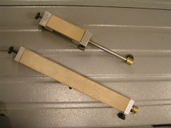 Standard brynhållare samt en extra lång brynhållare, båda med läderbrynen.