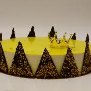 Prinstårta. Ljus botten, vaniljkräm, citronmousse, marängbotten, vit chokladmousse,spegel.