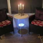 Le capitole guest room round table