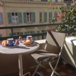 Balkong med bord och stolar