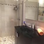 Badrum med dusch och WC