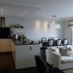 Vardagsrum med kök och öppen planlösning