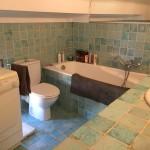 Badrum med badkar samt WC