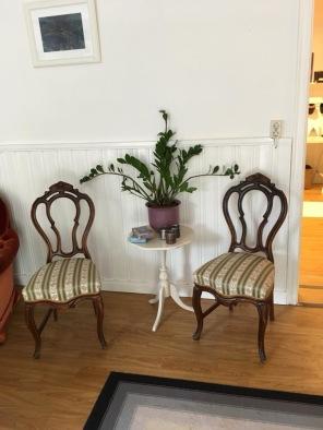 Nägra gamla stolar måste ju finnas i detta gamla hus...