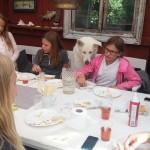 bigge äter frukost med barn