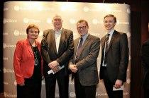 Roar Flåthen tillsammans med Norges samarbetsminister Rigmor Aasrud, John G. Bernander (NHO) och Espen Stedje (Foreningen Norden). Foto: Jon Marius Nilsson /Foreningen Norden