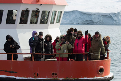 Några av deltagarna bland isbergen i Ilulissat isfjord. Foto: NFS