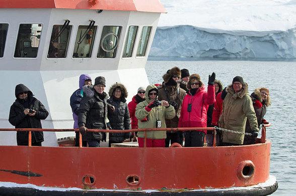 Konferensdeltagare på Ilulissat isfjord där man kan se klimatförändringen med egna ögon