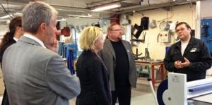 Fredrik Karlström, näringsminister på Åland, DagFinn Höybråten, NMRs generalsekreterare, och Hillevi Engström, arbetsmarknadsminister i Sverige, samtalar med två lärare på UtbildningNord i Övertorneå