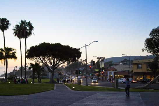 Main beach och stadskärnan avgränsad med Highway 1 och ett litet torg.
