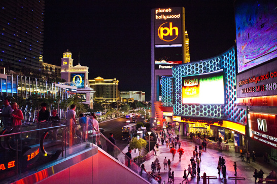 Måndag som lördag, kväll som natt -  i Vegas är det alltid folk, alltid neon och alltid fest.