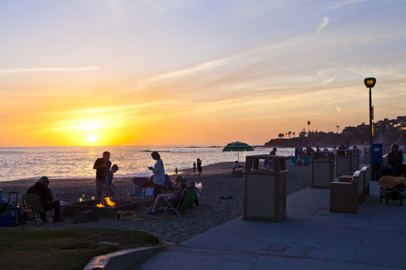 Strandremsan full av familjer och sällkap i varierad aktivitet. Grillning stod dock högt upp listan! Ljuva, ljuva försommarkväll...