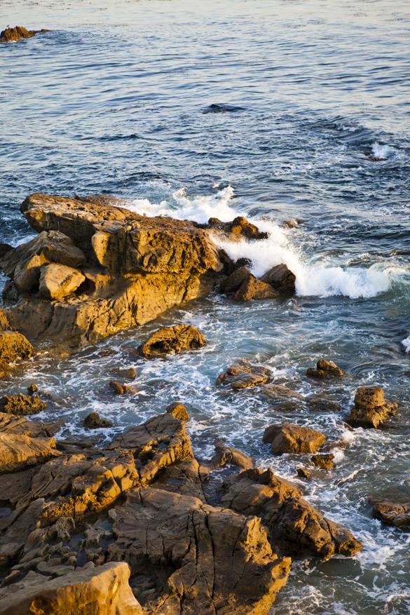 Detta är så vackert att jag nästan måste nypa mig i armen emellanåt. Låg, varm sol gör att klipporna glöder mellan vågorna.