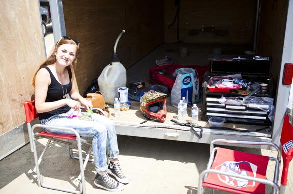 Bakom kulisserna: Lyckligare tjej som får lunchen serverad bland bensin och verktyg får man leta efter.