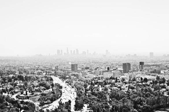 Knappa fyra miljoners-staden från ovan en dimmig förmiddag.