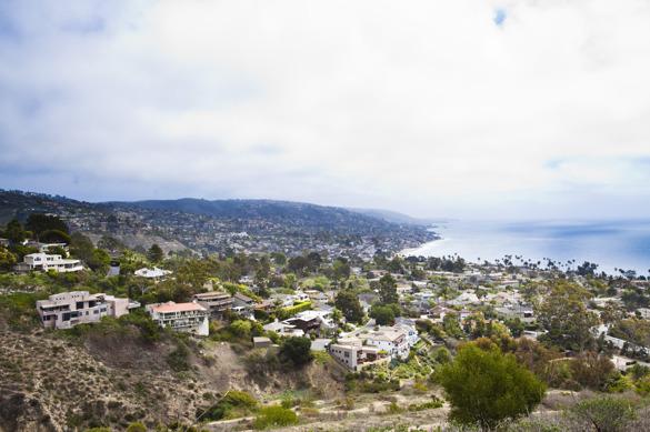 Vackra Laguna Beach sett från toppen av berget, där villorna huserar hela vägen ner till vattnet.