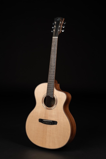 Grand Auditorium med Solid Sitka Spruce top from USA