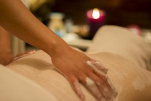 Kom in och få en riktigt härlig body scrub behandling med aromamassage.