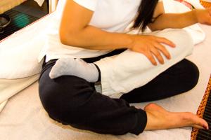 Thailändsk massage där man går igenom hela kroppen med tryckpunktsmassage